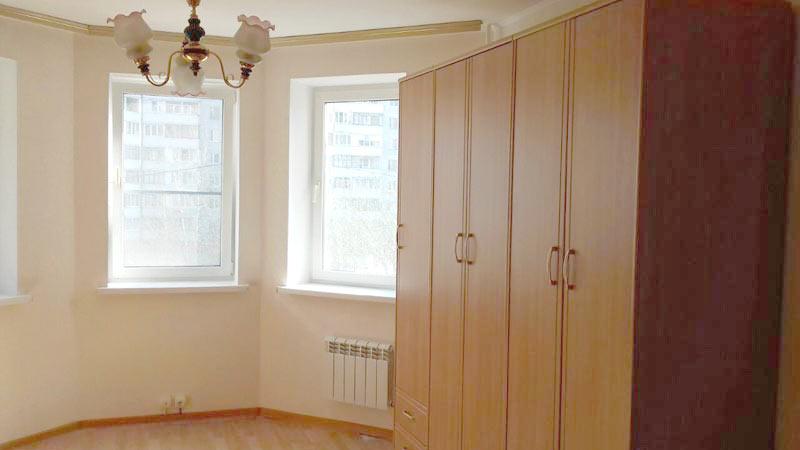 обстановка: оконные рамы, радиаторы отопления, карниз + люстра