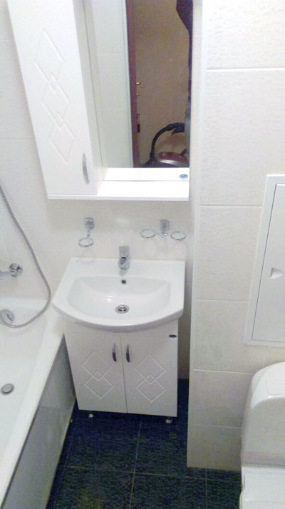 Новые: мойдодыр и зеркало, раковина и экран с люком
