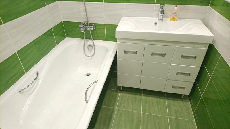 планировка ванной: зелёная, белая плитка