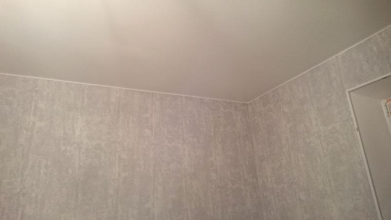 стык обоев и натяжного потолка