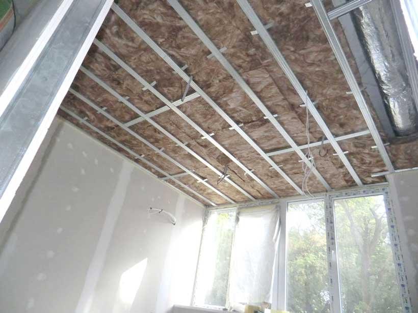потолок звукоизолирован шумопоглощающей минеральной ватой