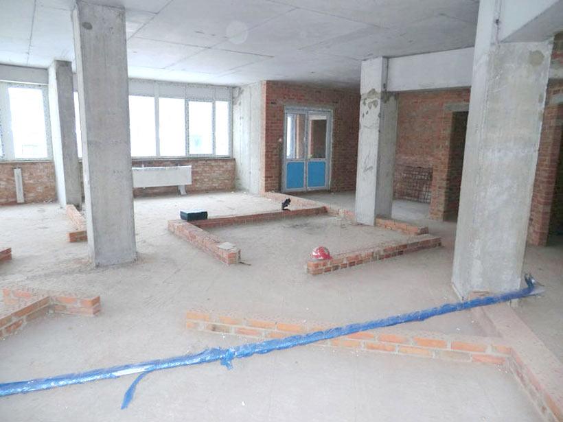 офисное помещение сфотографировано  до ремонта слева