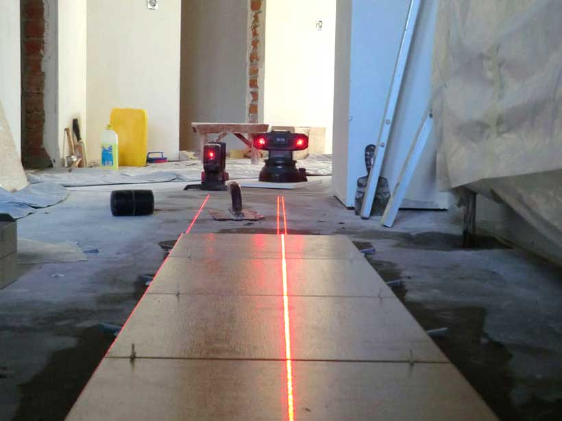 плитка выравнивается при помощи устройств с лазером