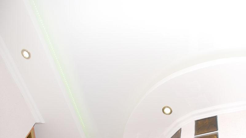 натяжной потолок с декоративной светодиодной лентой