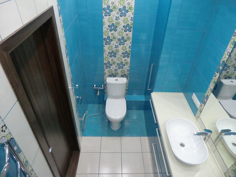 новые: раковина и унитаз в ванной