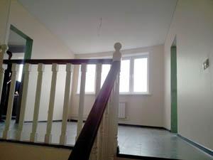 лестница с балясинами ведёт на второй этаж квартиры