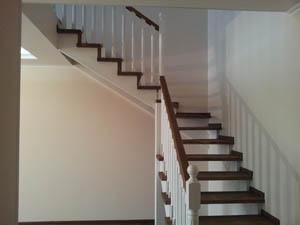 Двухуровневая лестница, ступеньки под цвет ламината