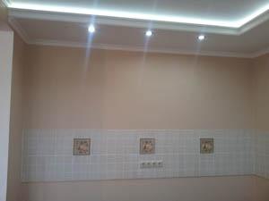 На кухне: плитка и флазелиновые обои под покраску, выполнена проводка
