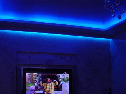 синяя неоновая подсветка натяжного потолка
