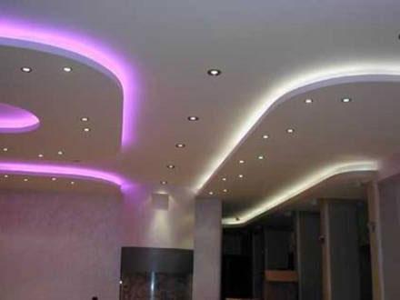 розово-белая неоновая подсветка натяжного потолка